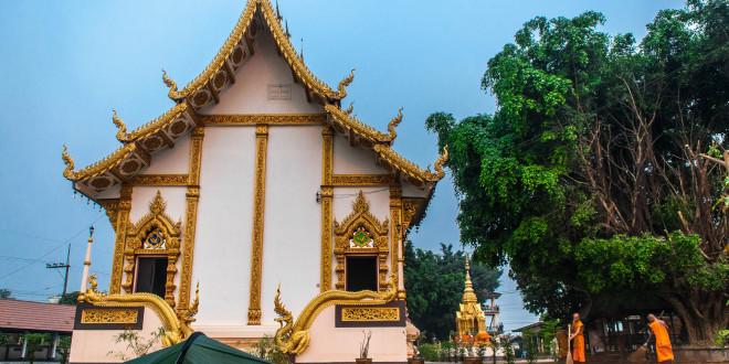Noc przy buddyjskim klasztorze w Tajlandii.
