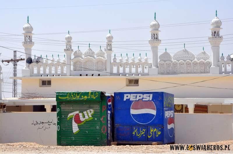 Pepsi i 7UP przed meczetem w Quetta