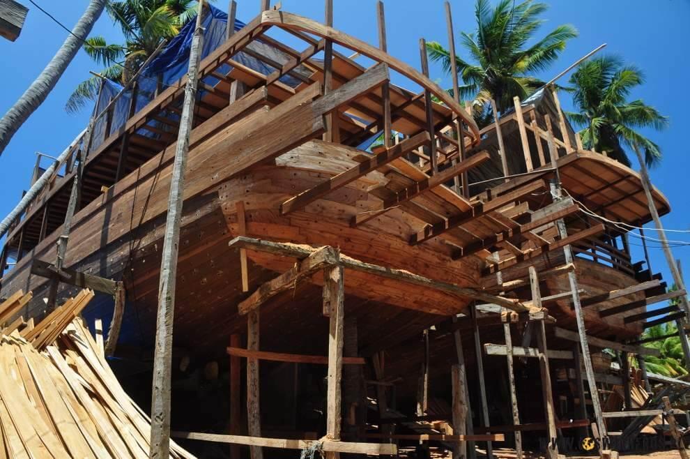 tradycyjne_indonezyjskie_statki_drewniane