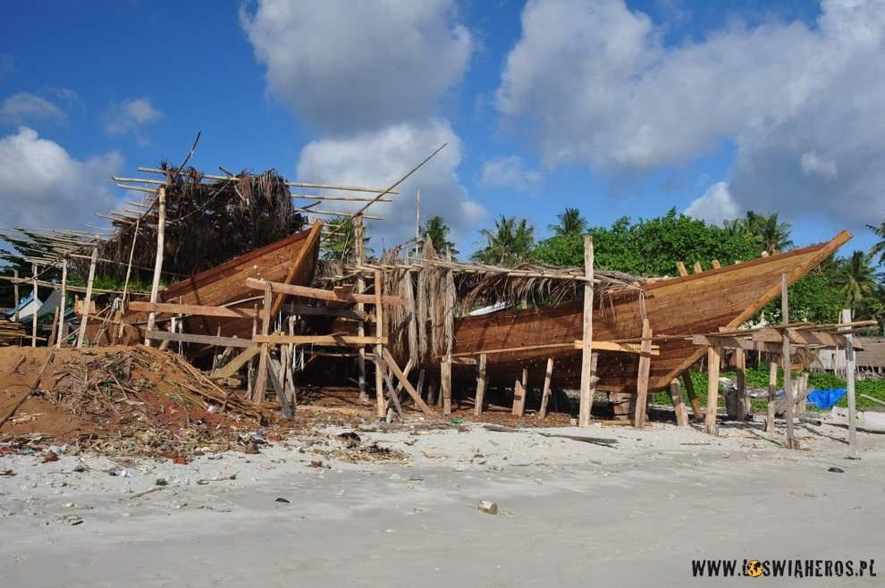 Tradycyjne łodzie indonezyjskie budowane naSulawesi, Tana Beru.