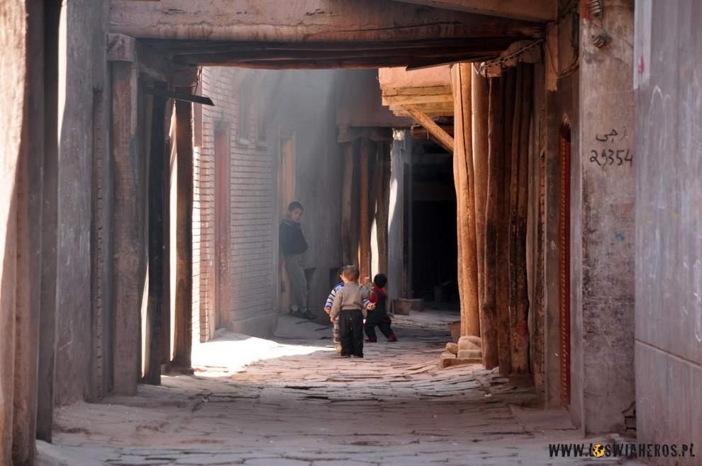 Ujgórkie dzieciaki bawiące się w starej części Kaszgaru