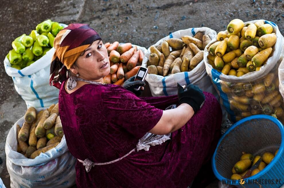 Kobieta handlująca warzywami natargu wSamarkandzie.