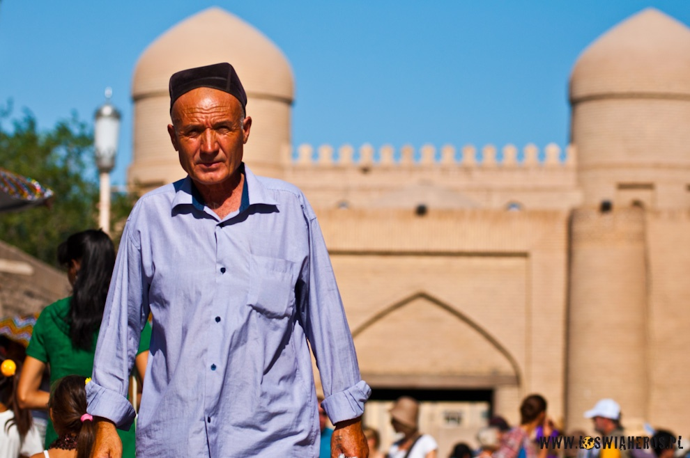 Starszy Pan przechadza się historycznymi uliczkami Chiwy.