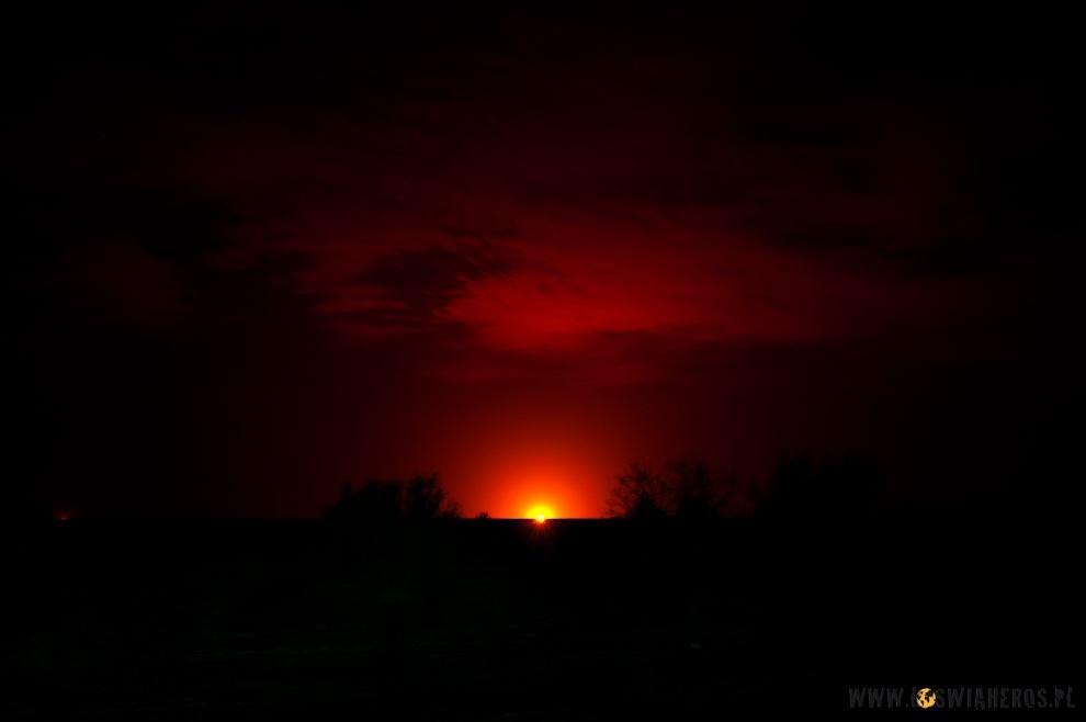 Płonący gaz napustyni Kyzyl Kum.