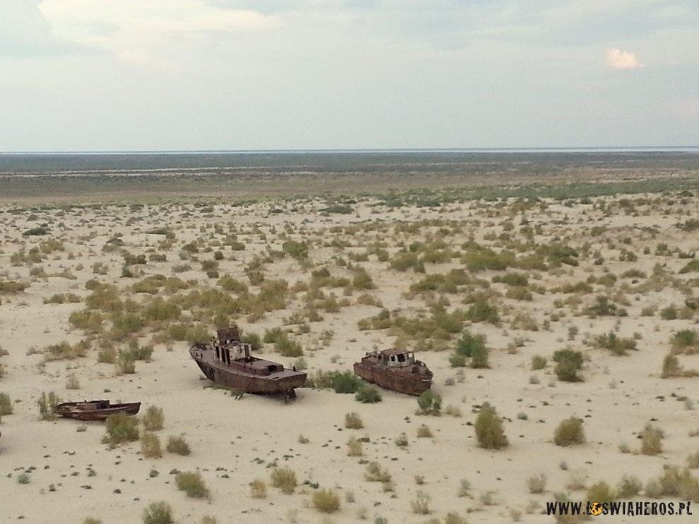 Statki nadnie czegoś co kiedyś było Morzem Aralskim.