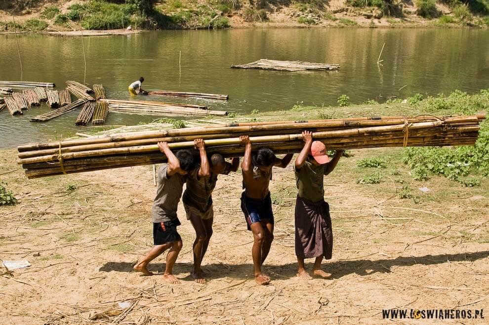 W Birmie ciężka praca jest codziennością. Praca wre, ludzi się cieszą, zecoś się zmienia.