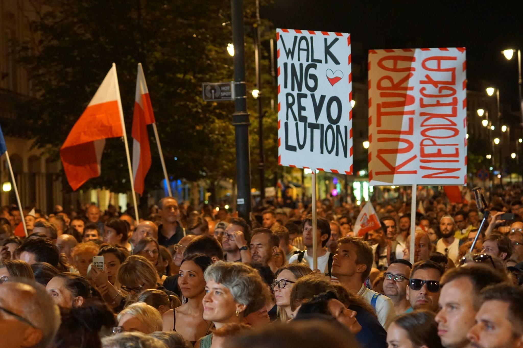 """Spacerująca rewolucja lipcowa, czyli wraz z ubeckimi wdowami i agentami SB wyrażamy sprzeciw przeciwko reformie sądownictwa """"przepychanej kolanem pod ławką"""""""
