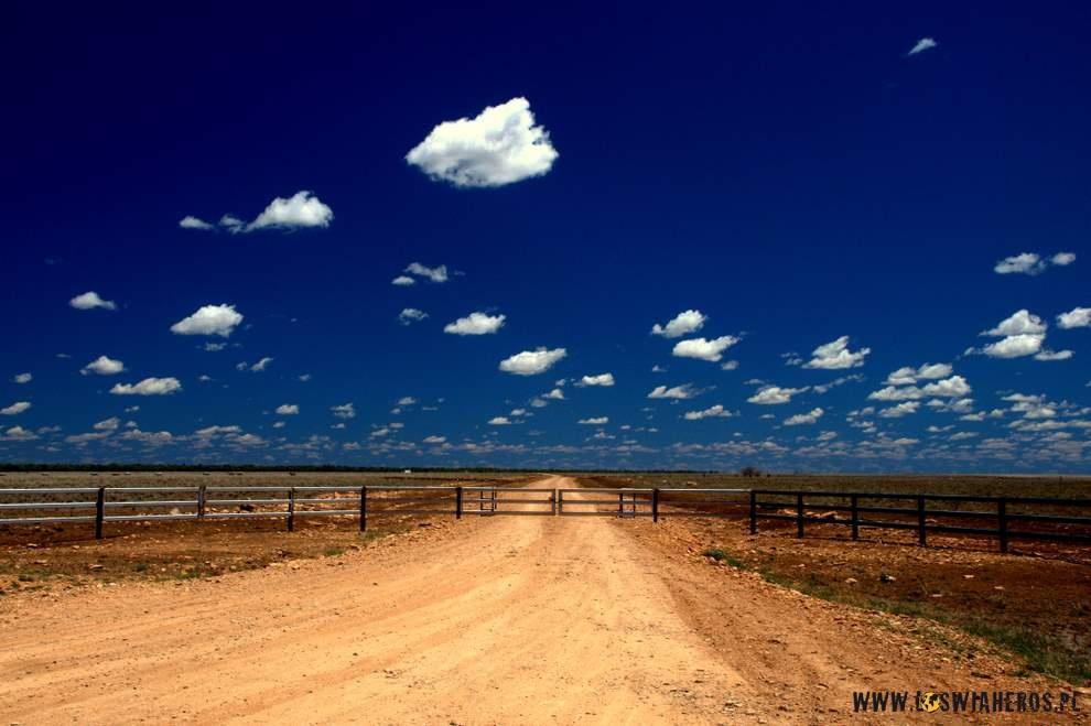 Wjazd naaustralijska farmę, któramoże być wielkości np.Belgii.