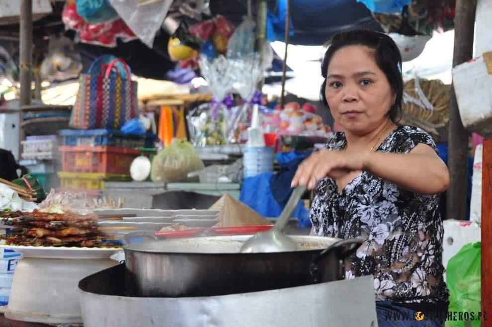 Poszliśmy więc w końcu na nudle, które co prawda nie były tak tanie, jak te w Quy Nhon, ale w smaku nie dużo od nich odbiegały. Jak już się najedliśmy do syta, to...