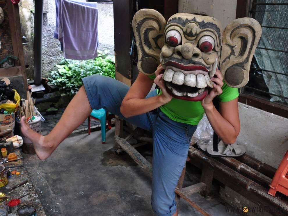 Alicja zjawajską maską.