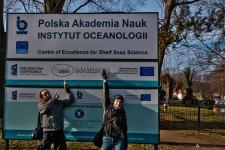 Przed Instytutem Oceanologii PAN w Sopocie.