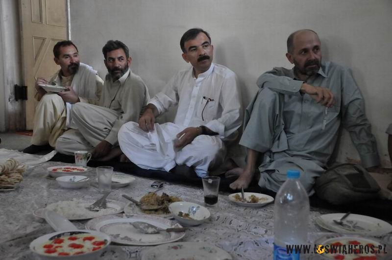 Męskie rozmowy opolityce podczas Eid kończącego Ramadan.