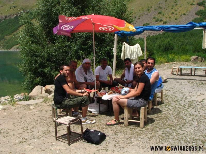 Z Kurdami przy arbuzie w kraterze Nemruta