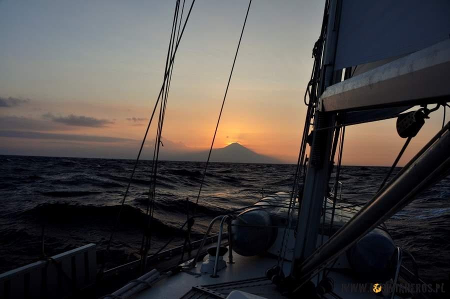 Zachód słońca nad jednym z balijskich wulkanów widziany z pokładu jachtu.